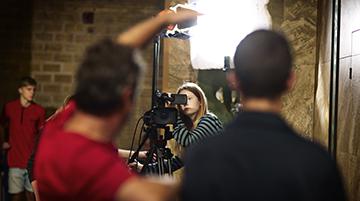 Lav reklamefilm eller kortfilm på skolen med lærerkursus og proffe filmfolk